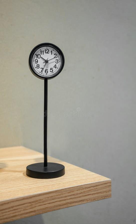 Horloge analogue classique avec le support en métal sur l'étagère photos libres de droits