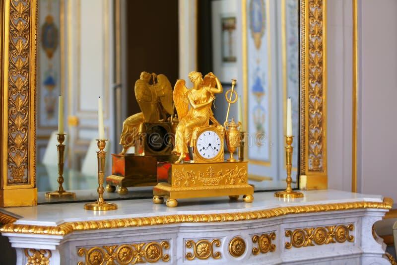 Horloge antique avec la figurine de l'ange photo stock