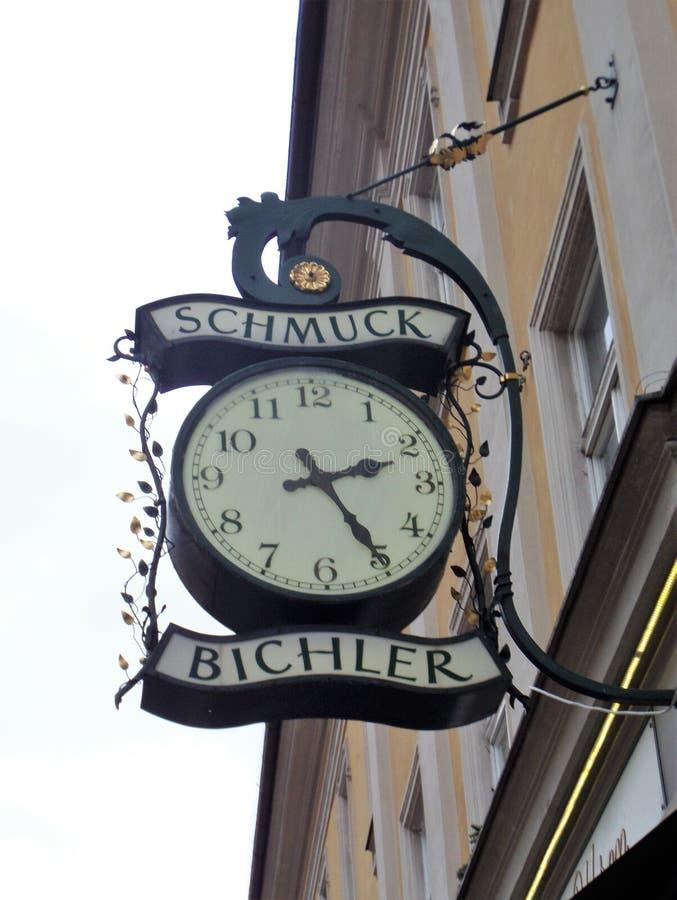 horloge antique dans la rue Salzbourg photos stock