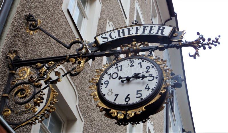 horloge antique dans la rue Salzbourg photo libre de droits
