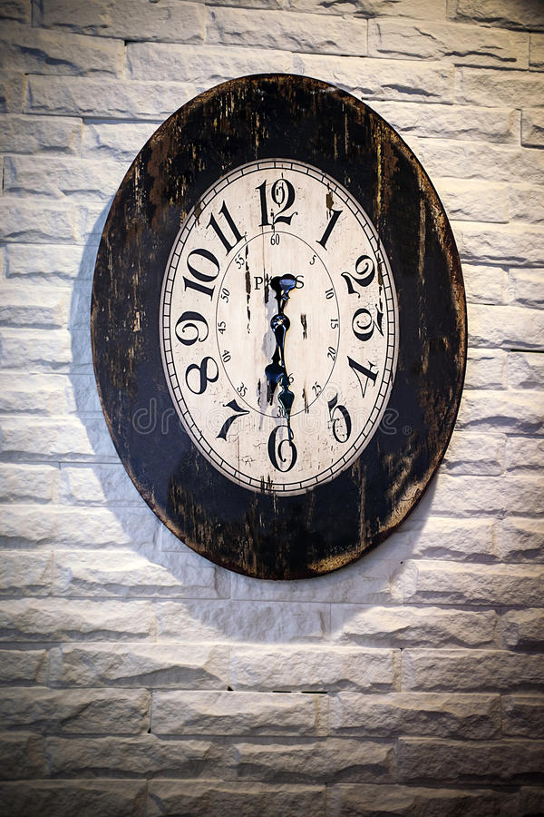 Horloge antique sur une construction images stock