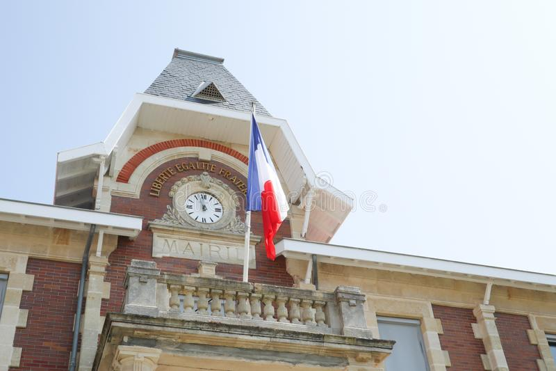 Horloge attachée à l'hôtel de ville avec le drapeau français dans le cityhall image libre de droits