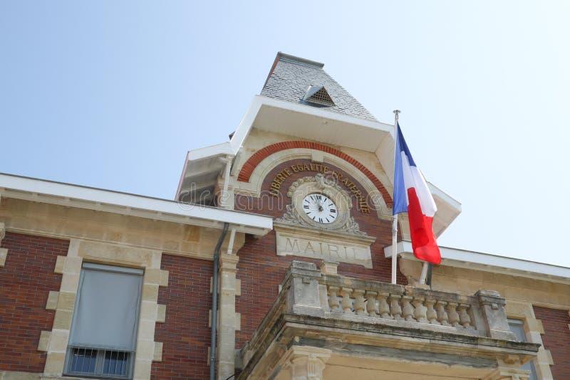 Horloge attachée à l'hôtel de ville avec le drapeau français dans le cityhall photo libre de droits