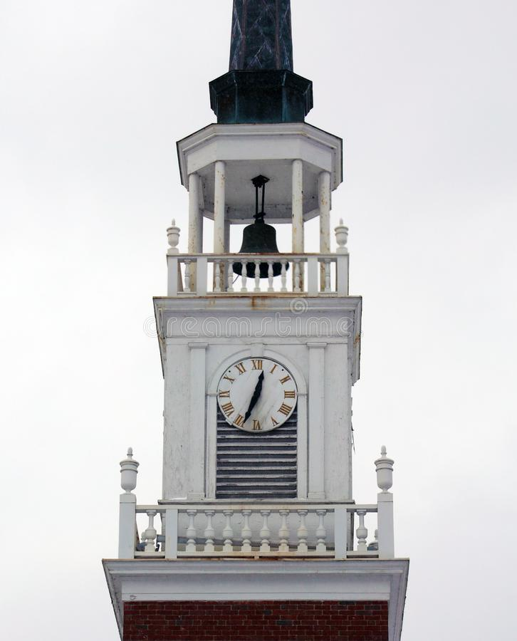 Horloge blanche d'église de tour de cloche, beau bâtiment images stock