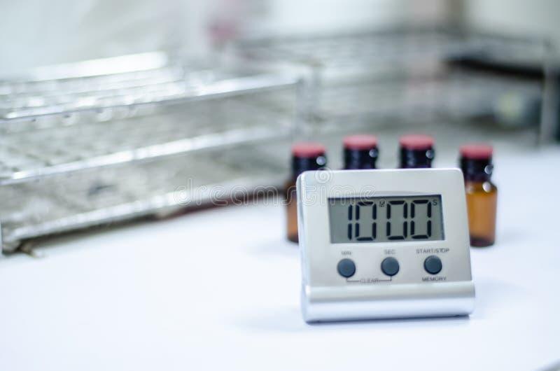 Horloge blanche de minuterie dans le laboratoire illustration libre de droits
