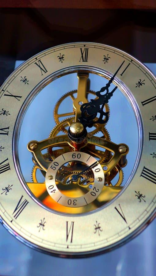 Horloge bleue de vieux mur de cru photos libres de droits