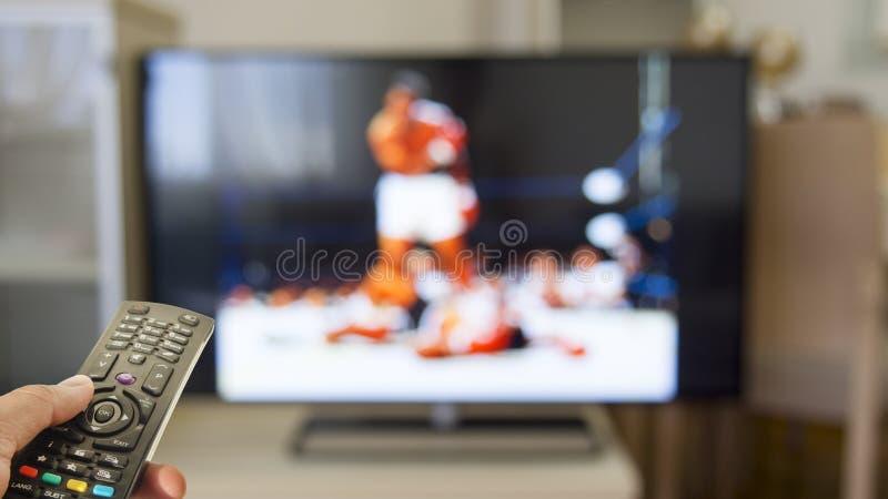 Horloge bokswedstrijd op TV royalty-vrije stock afbeelding