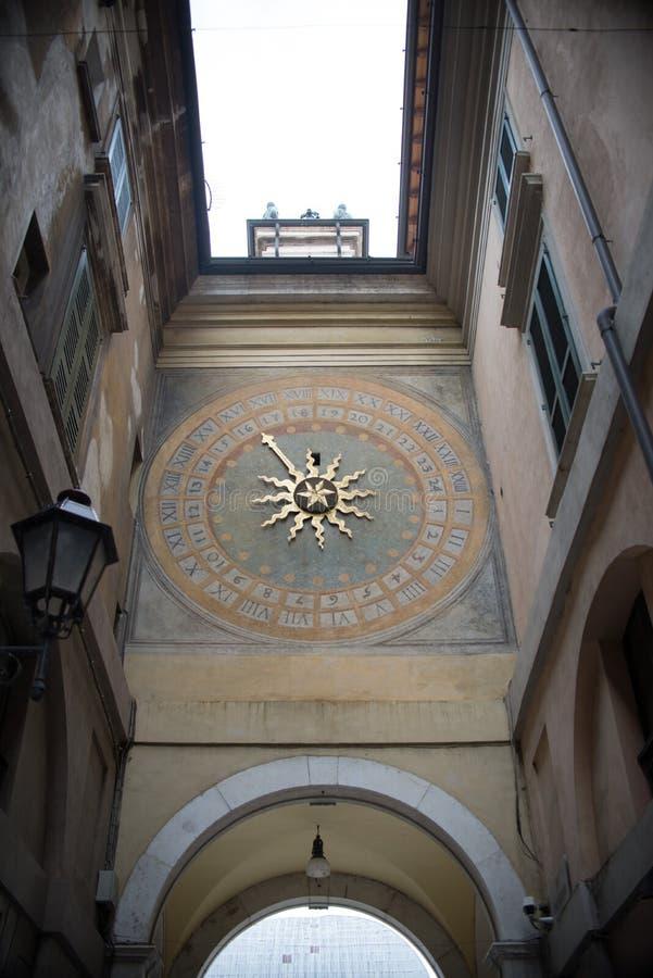 Horloge célèbre dans le martek de ville à Brescia, Italie photo libre de droits