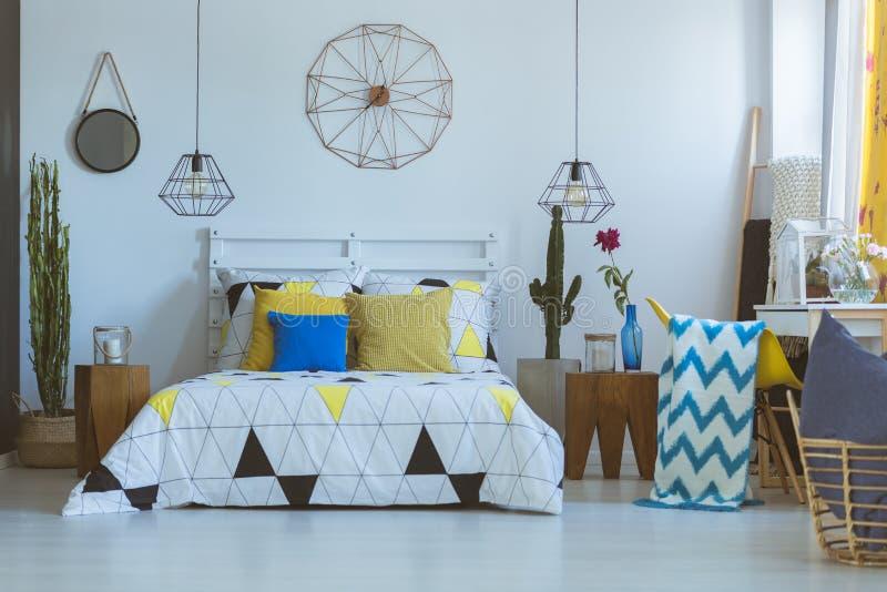 Horloge décorative dans la chambre à coucher folklorique image libre de droits