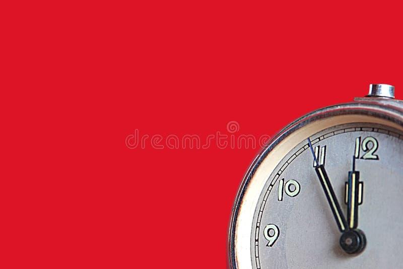 Horloge d'alarme affichant cinq mn à douze photo stock