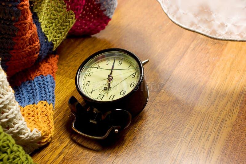 Horloge d'alarme cassée - matin photographie stock libre de droits