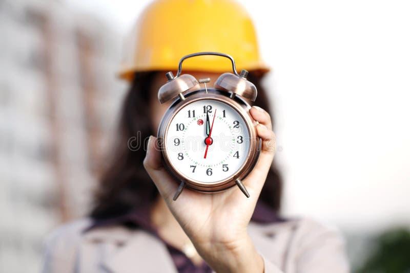Horloge d'alarme de fixation d'ingénieur de construction photo libre de droits