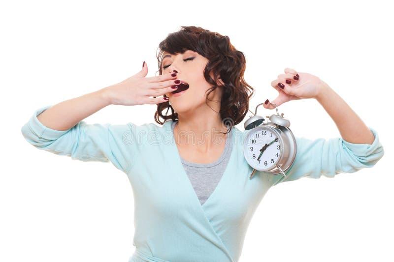 Horloge d'alarme de fixation de femme et baîllement image stock