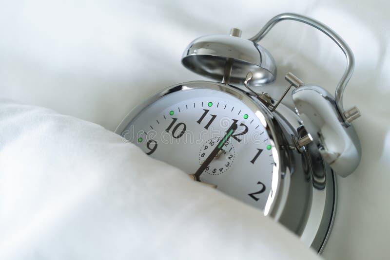 Horloge d'alarme de sommeil images stock