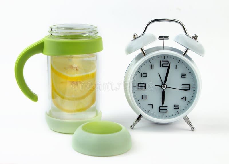 L 39 eau haute de sillage en verre d 39 horloge d 39 alarme image - Place du verre a eau sur une table ...