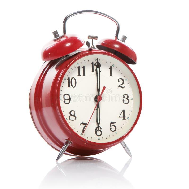 Horloge d'alarme rouge de vieux type d'isolement sur le blanc image libre de droits