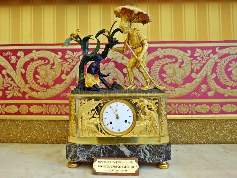 Horloge d'empire dépeignant Robinson Crusoe et vendredi photographie stock libre de droits