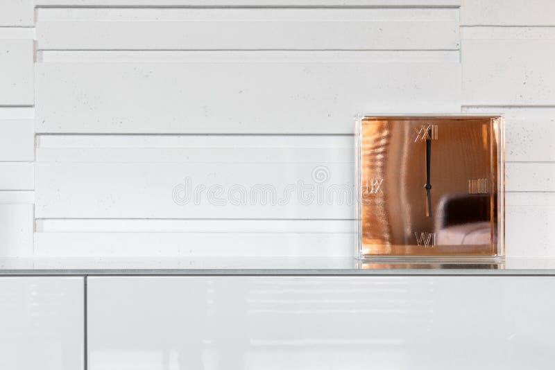 Horloge d'or moderne sur la raboteuse photographie stock