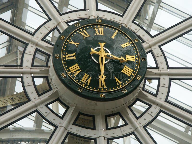 Horloge d'un centre commercial image stock