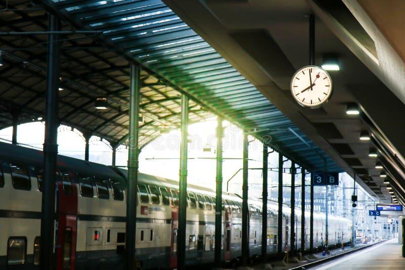 Horloge dans la gare photo libre de droits