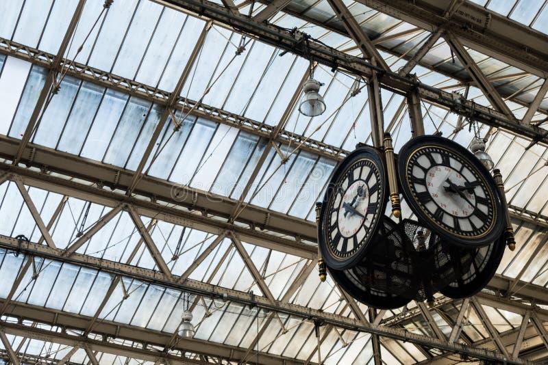 Horloge dans le hall de départ de gare ferroviaire photos stock
