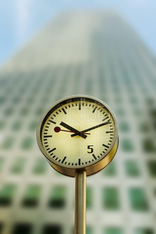 Horloge dans le quai jaune canari. images libres de droits