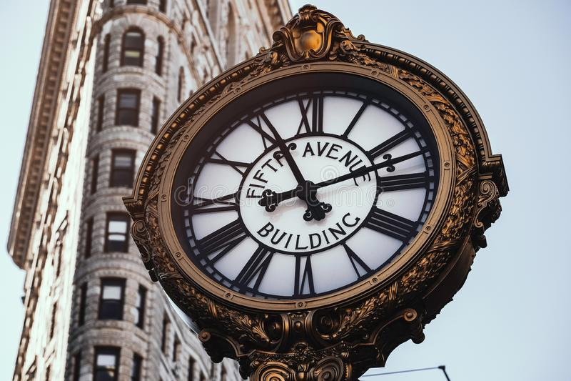 Horloge de bâtiment de Fifth Avenue dans le secteur de fer à repasser photographie stock libre de droits