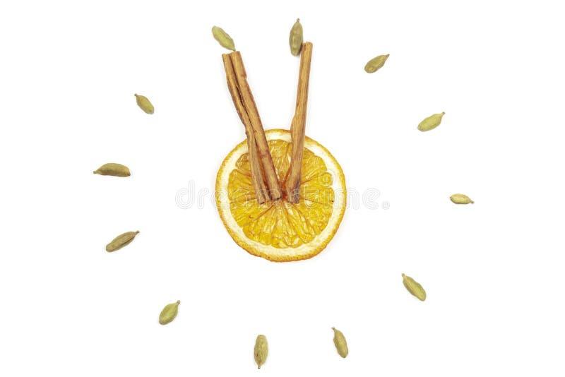 Horloge de citron et de cannelle sur un fond blanc, isolat images stock