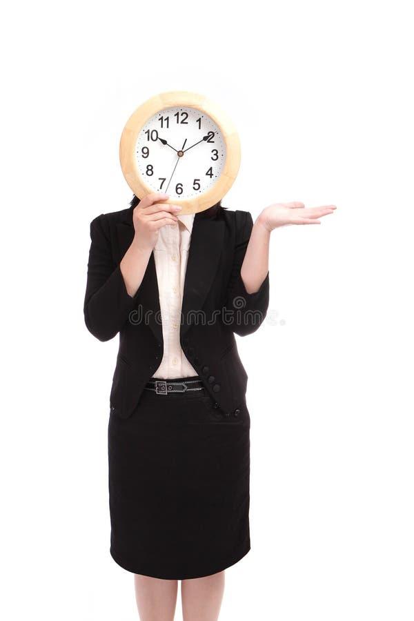Horloge de fixation de femme d'affaires images stock