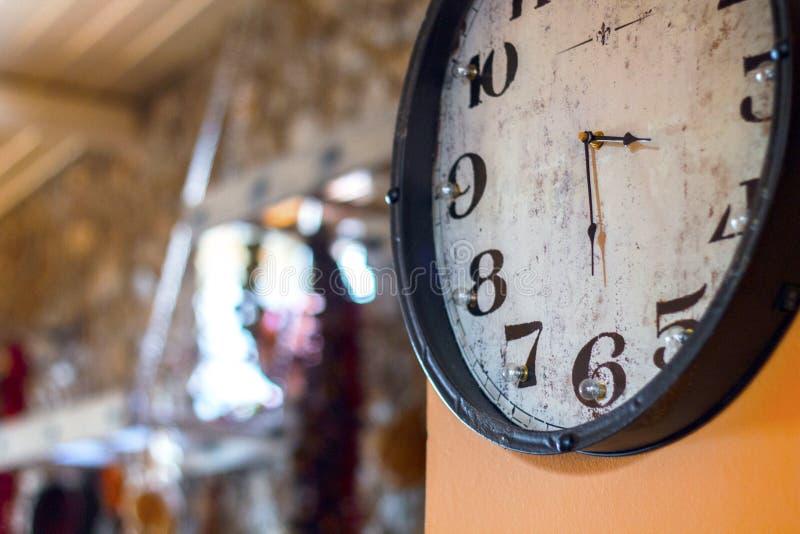 horloge de fond d'isolement au-dessus du blanc de mur photographie stock