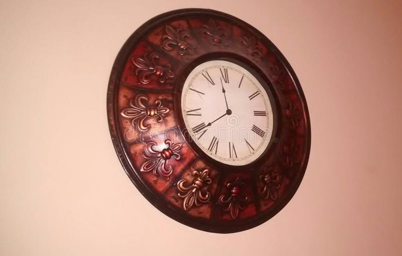 horloge de fond d'isolement au-dessus du blanc de mur photographie stock libre de droits