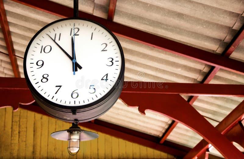 Horloge de gare ferroviaire accrochant sur le toit du vieux sta de train images libres de droits