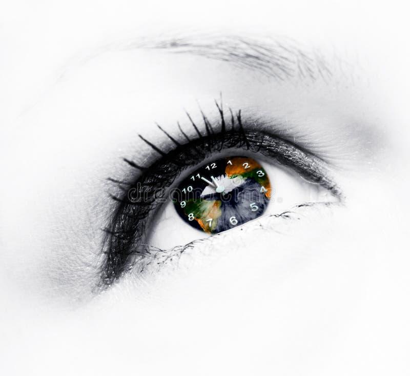 Horloge de la terre dans l'oeil images libres de droits