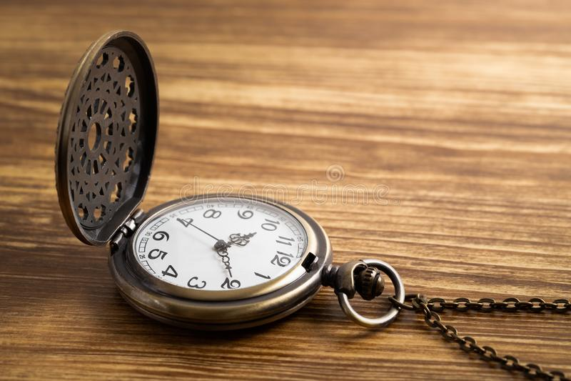 Horloge de montre de poche de cru sur le fond en bois photos libres de droits