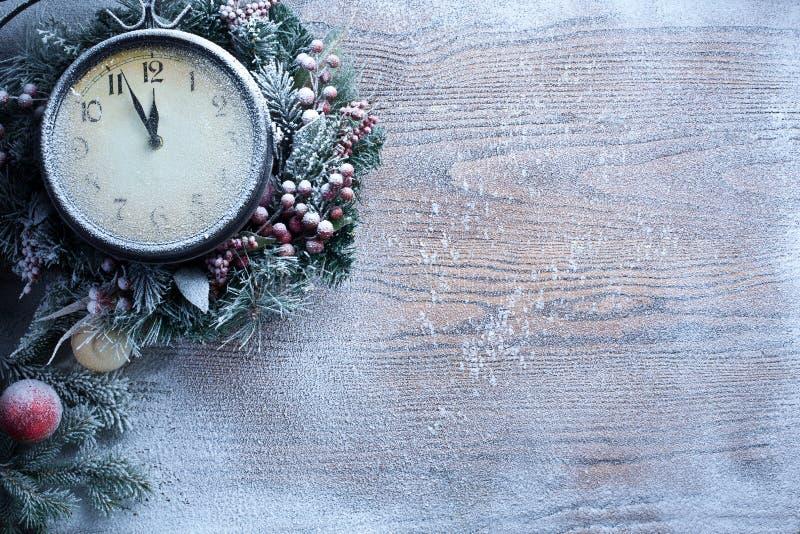 Horloge de Noël au-dessus de fond en bois de neige. photographie stock