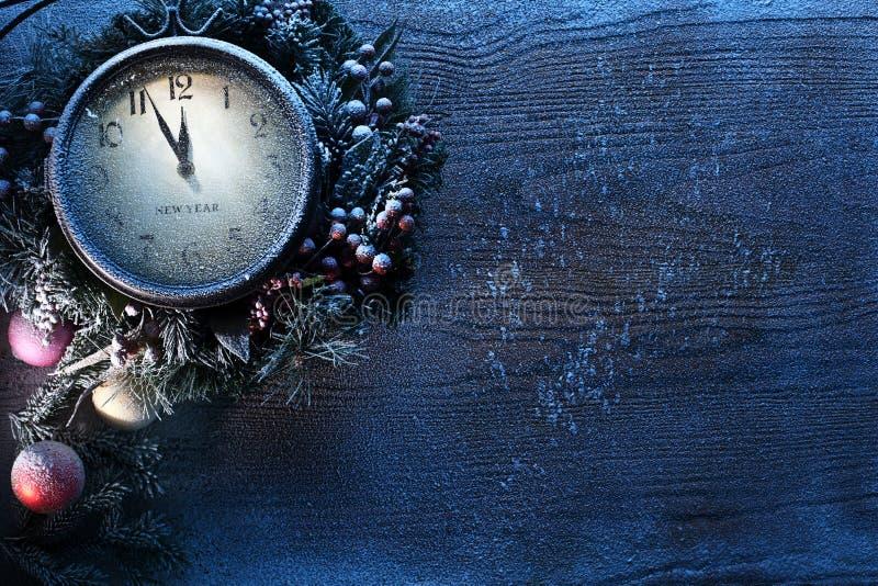Horloge de Noël au-dessus de fond en bois de neige. photographie stock libre de droits
