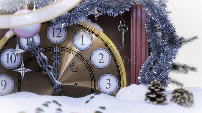 Horloge de Noël, clé et branches de sapin couvertes de fond de concept de neige photos libres de droits