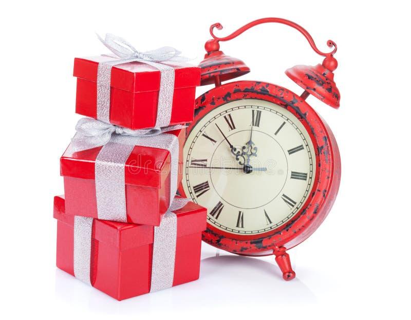 Horloge de Noël et trois boîte-cadeau photo libre de droits
