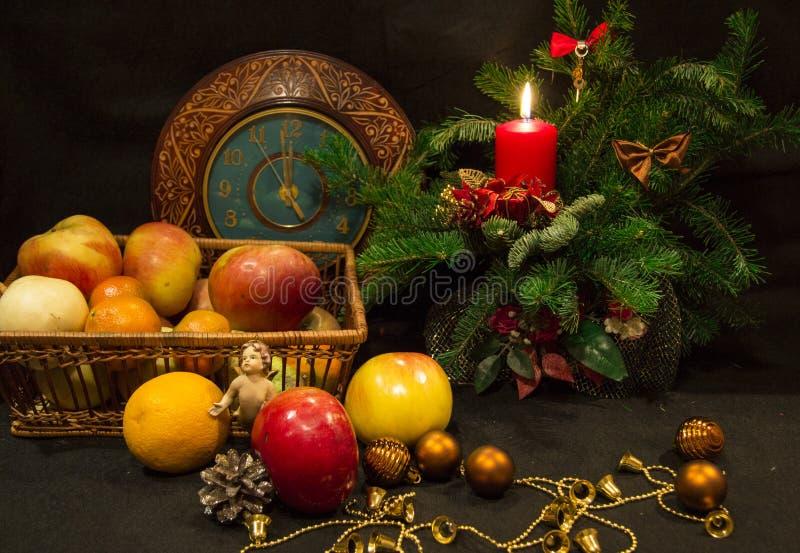 Horloge de pommes pendant la nouvelle année images stock