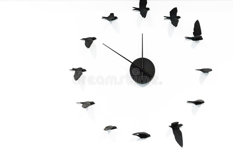 Horloge de quartz avec les oiseaux noirs sur un mur blanc photo libre de droits