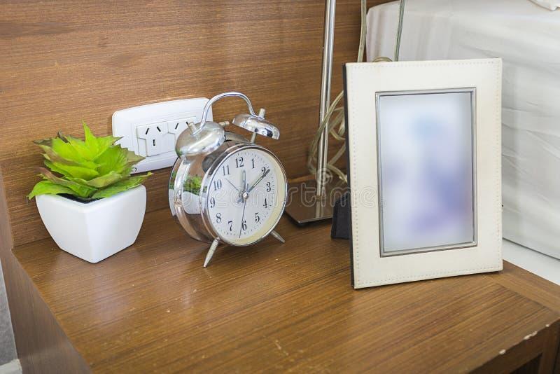 Horloge de Tableau avec le cadre de photo photos stock