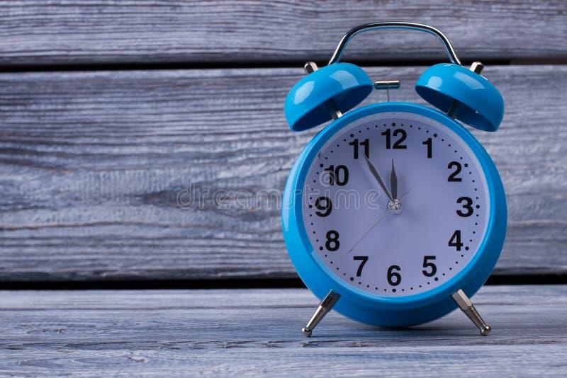 Horloge de Tableau sur le fond en bois photographie stock