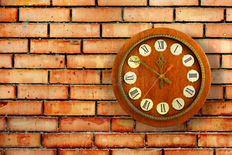 Horloge de vintage sur le fond du mur de briques rouge photos stock