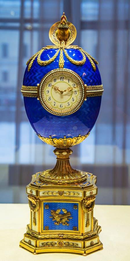 Horloge in de vorm van een elegant paasei stock afbeelding