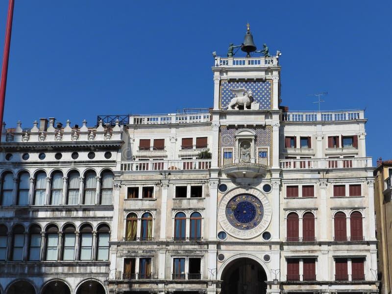 Horloge de zodiaque La tour d'horloge avec le lion ? ailes et deux amarre frapper la cloche - la Renaissance t?t 1497 construisan images libres de droits