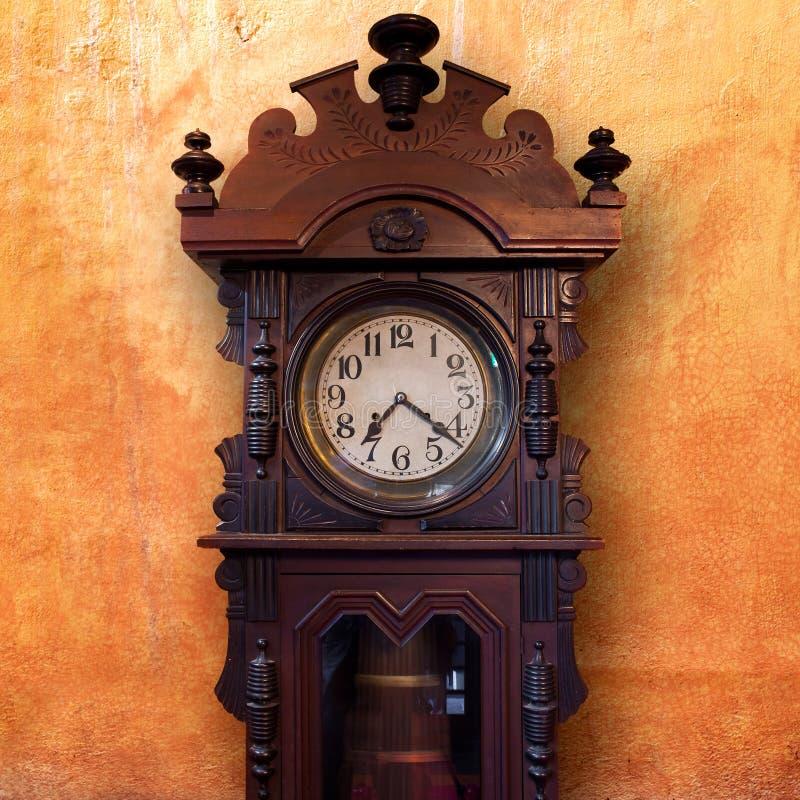 Horloge en bois de cru images libres de droits