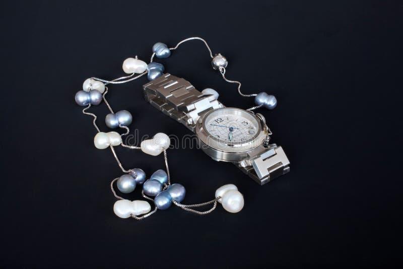 Horloge en parelhalsband stock fotografie