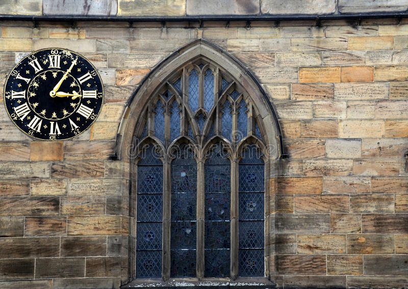 Horloge et fenêtre médiévales photographie stock
