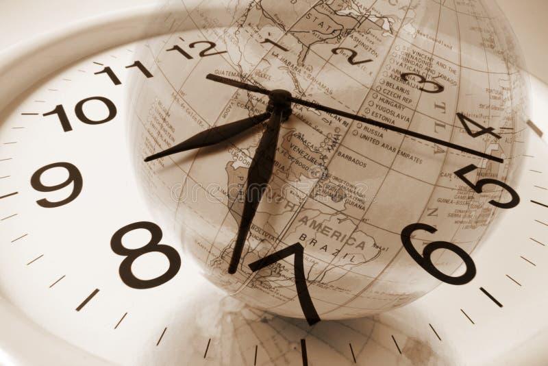 Horloge et globe images stock
