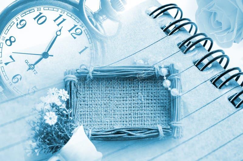 Horloge et journal intime de vintage avec le cadre de photo de sac images stock